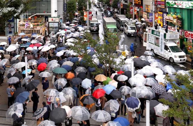 雨の中、街頭演説を聞く有権者たち=10月15日午後、東京都内、柴田悠貴撮影(選挙カーなどにモザイクをかけています)
