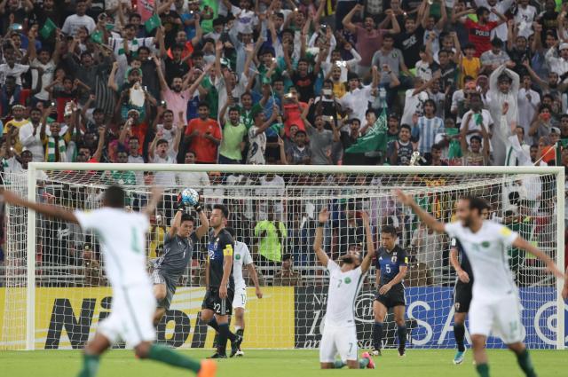 サッカーW杯アジア最終予選で日本を1-0で破り、歓喜するサウジアラビアの選手とサポーター。この試合はサウジの皇太子が全席のチケットを買い取り、地元の観客に無料で解放したことも話題になった=2017年9月5日、関田航撮影