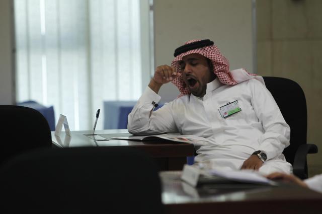 あくびをする投票所の職員=2011年9月29日