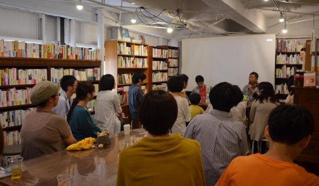 「本屋B&B」(東京・世田谷区)で開催されたトークイベントには、20人以上の人が集まった=東京都世田谷区、9月30日、野口みな子撮影