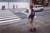 繁華街を歩く佳佳さん