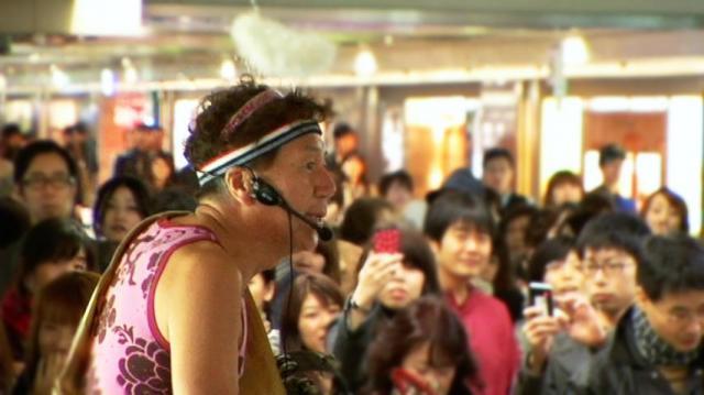 奇抜なパフォーマンスを披露するマック赤坂さん(映画「立候補」より)