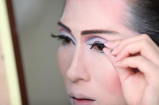 化粧する月城すみれさん。頭のセットを含めて約2時間かける=京都市、佐藤慈子撮影
