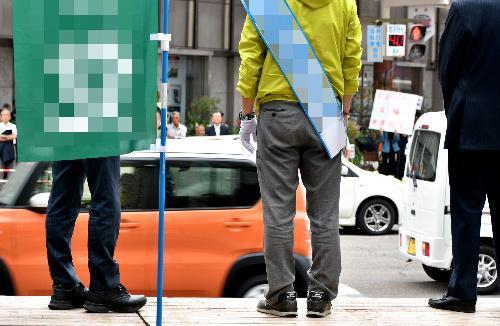 街頭演説を行う候補者ら=14日、宮崎市
