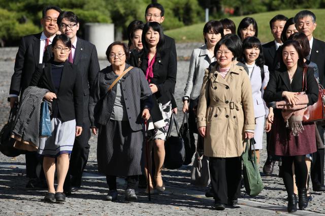 夫婦別姓訴訟で最高裁に入る原告団=2015年11月、林敏行撮影