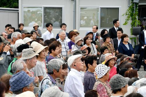 仮設団地を訪れた陣営の話に耳を傾ける住民ら=13日、熊本県益城町、日吉健吾撮影