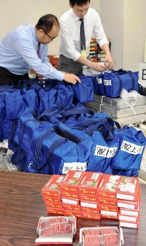 投票所に配備されるクマよけの爆竹(手前)=13日、岐阜県高山市役所