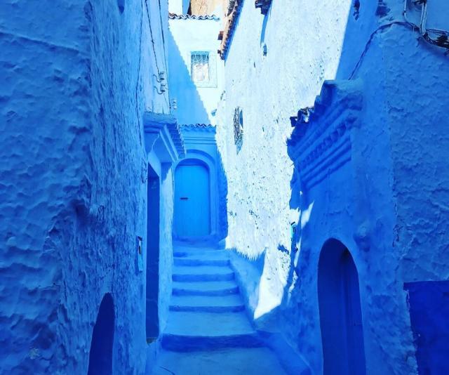 壁も階段もドアもすべて青色。独特の雰囲気が広がっています