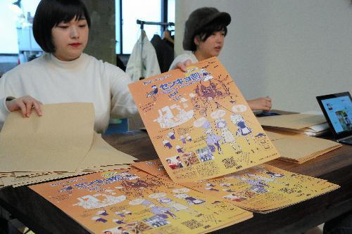 「センキョ割」告知ビラの送付作業をする学生たち=13日午前、東京都世田谷区、長島一浩撮影