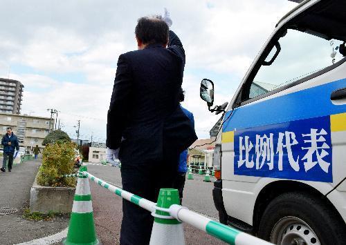 街頭で政党への支持を訴える比例単独の候補者の陣営。自らの名前は連呼しないため、「候補者はどこ?」と尋ねる有権者もいた=15日、札幌市内で