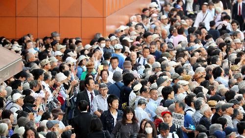 街頭演説に耳を傾ける有権者ら=10日午前、都内、越田省吾撮影