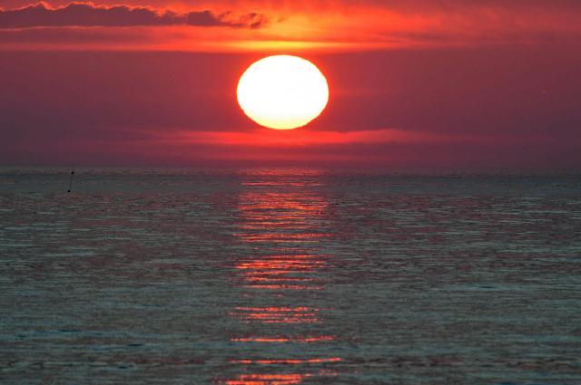 野付半島から見た日の出。撮影は人が少ない早朝か夕方が多い=6月、北海道・野付半島、白井伸洋撮影