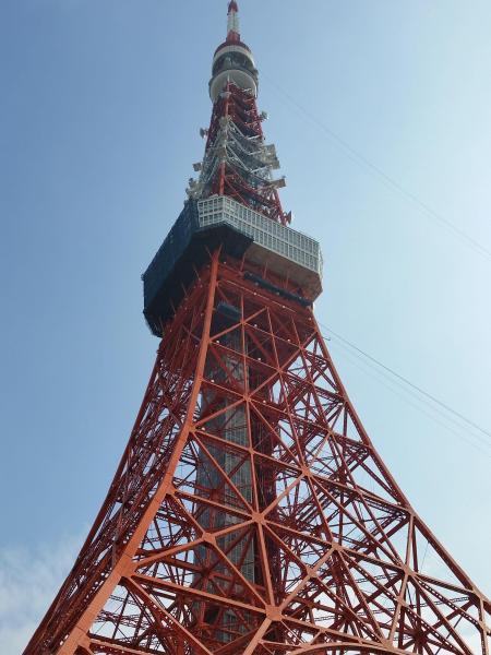 秋空にそびえる東京タワー