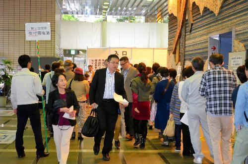 静岡市役所1階の期日前投票所。大勢の有権者で行列ができた=18日、静岡市葵区