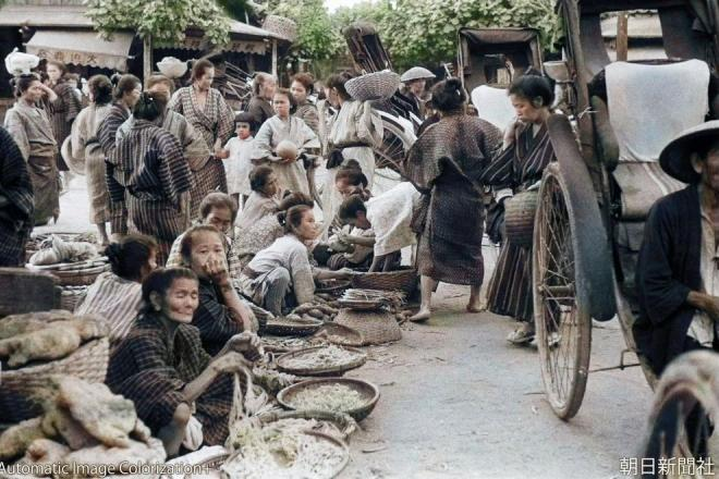 Scene from a Naha City marketplace. Artificial Intelligence (AI) colorization of the photo is augmented by information from local records and memories. (reproduction/redistribution of photo without permission is prohibited)