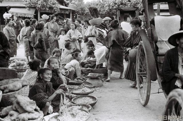 Scene from a Naha City marketplace. Monograph original taken in 1935 by a reporter for the Osaka Asahi Shimbun (reproduction/redistribution of photo without permission is prohibited)