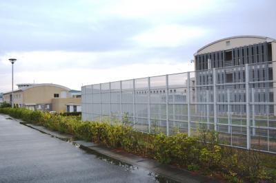 小高い丘の上に位置する刑務所。センサーがついた高いフェンスはありますが、コンクリート塀に囲まれておらず開放感があります。敷地内には市立の保育園もあり、子供たちの声を聞きながら施設を眺めていると「ここは本当に刑務所?」と思ってしまったほど=美祢社会復帰促進センター、2017年10月18日浜田綾撮影