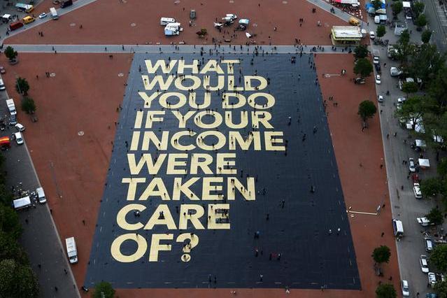 ベーシックインカムが議論されているスイス。ジュネーヴの広場には「もし、あなたの所得が保障されたら何がしたい?」と問いかけるポスターが出現した=2016年5月