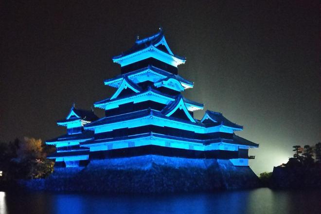 ブルーにライトアップされた松本城
