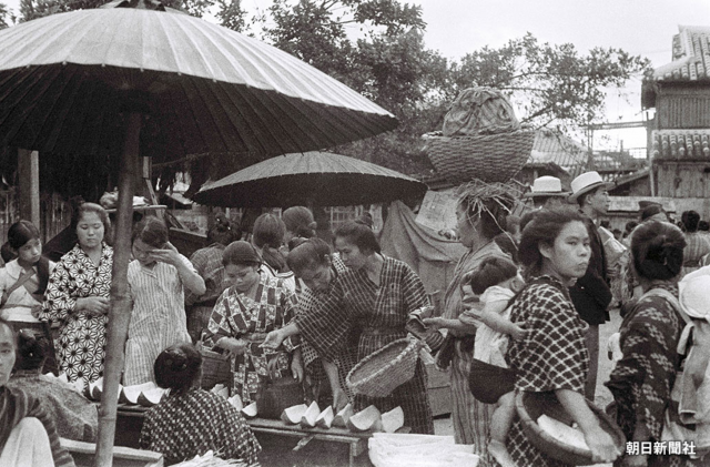 "Prewar scene from the former ""Naha Ufumachi Grand Market"", which was located in present-day Naha City's Higashi-machi district (reproduction/redistribution of photo without permission is prohibited)"
