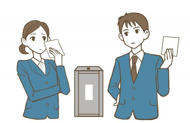 若者たちは、投票で悩む(画像はイメージです)