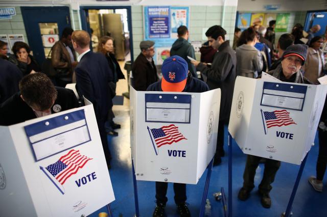 2016年のアメリカ大統領選挙で投票するニューヨークの市民