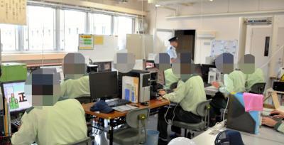 作業室は自動車部品の組み立てなど、ほかの刑務作業にとりくむ受刑者たちと同じ部屋。機械音や工具を使う音が響くなか、作画作業をする一角はとても静かでした=美祢社会復帰促進センター、2017年10月18日浜田綾撮影