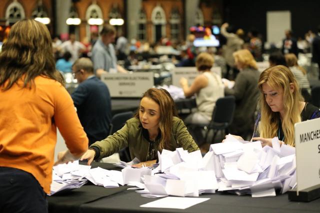 EU離脱をめぐるイギリスの国民投票の開票作業(2016年)