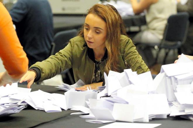 EU離脱をめぐりイギリスで2016年に行われた国民投票の開票作業