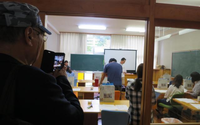 学校の雰囲気をそのまま残す教室の様子を撮影する参加者も