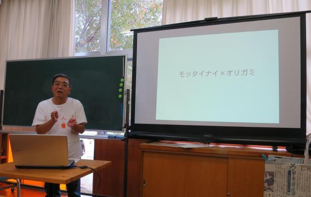 新聞ばっぐの歴史について説明する森岡孝治さん