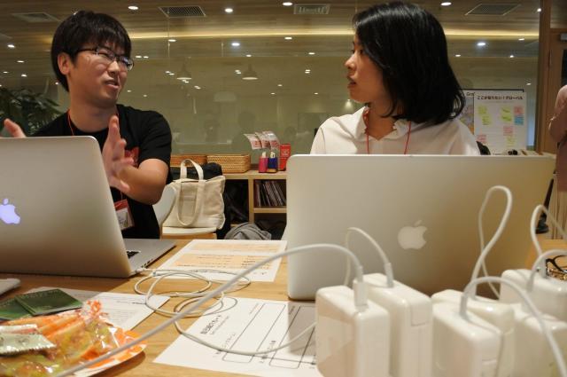 ご覧ください。ずらりと並んだMacの電源アダプタ(手前)。