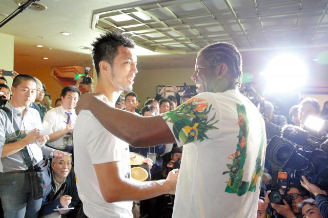 試合後の会見でたたえあう村田選手(左)とエンダム選手