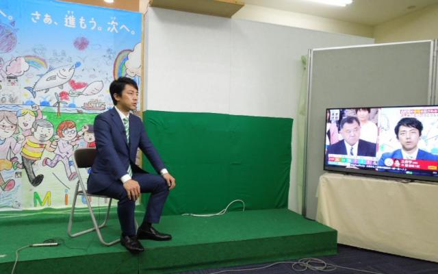 開票当日は各テレビ局の中継にひっぱりだこだった小泉進次郎氏=神奈川県横須賀市