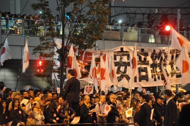 衆院選の選挙戦最終日、安倍首相の最後の訴えを聞くために集まった支持者たち=21日夜、東京・JR秋葉原駅前