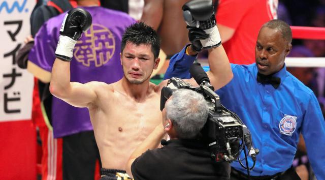 勝利を告げられる村田選手(左)
