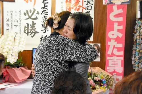 支援者と抱き合う豊田真由子氏=2017年10月22日、埼玉県新座市