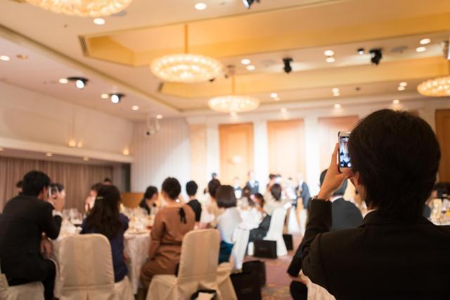 結婚式のゲストのドレス、色とりどりだと会場も華やかになりますね(写真はイメージです)