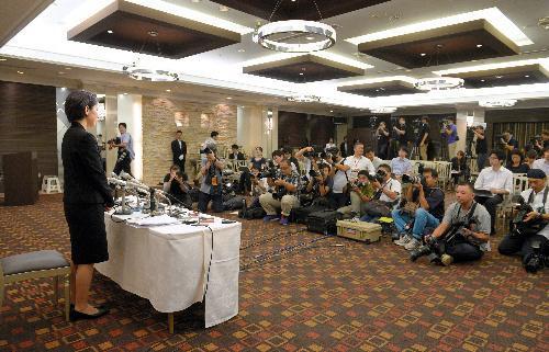 記者会見する豊田真由子衆院議員(左)=2017年9月18日、埼玉県新座市、小玉重隆撮影