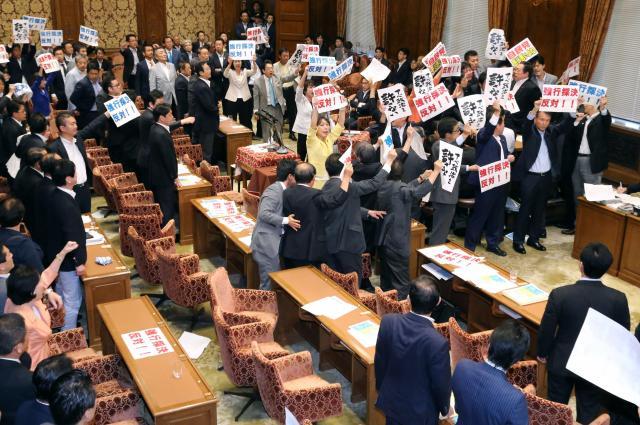 安保関連法案の衆院特別委で、野党が反対する中、賛成して起立する与党議員=2015年7月15日、、飯塚晋一撮影