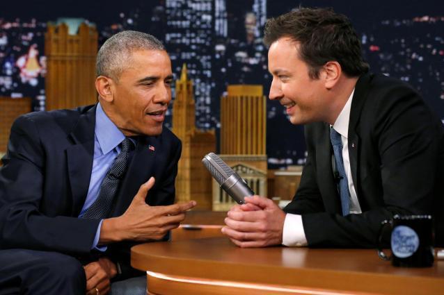 オバマ大統領と対談するトークショーの司会者ジミー・ファロン(右)=2016年6月、ロイター