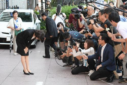 地元後援会の集会に向かう途中で、頭を下げる豊田真由子氏=2017年9月18日、埼玉県新座市、小玉重隆撮影