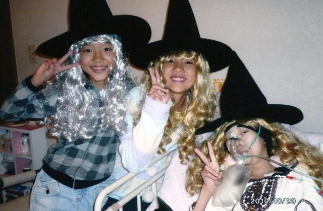 2010年10月29日、最初で最後のハロウィーン・パーティーをした清川千里さんと栗栖結衣さん姉妹(家族提供)