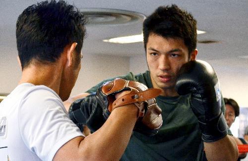 エンダム選手との再選に向け、ミット打ちに励む村田選手=10月12日、東京都新宿区の帝拳ジム