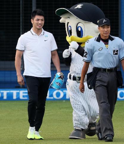 プロ野球の始球式に登場したボクシングの村田選手=西畑志朗撮影