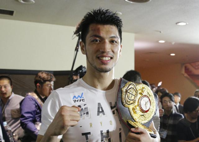 試合後の記者会見を終え、ベルトを肩にかけて笑顔を見せる村田諒太=関田航撮影