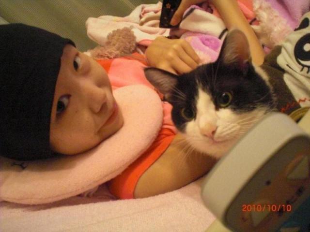 2010年10月10日、大好きなネコと写真に収まる清川千里さん(家族提供)