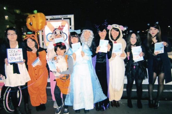 ハロウィーンの仮装をして、JR東所沢駅前に立つ清川千里さんの友人や家族(家族提供)