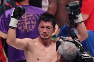 10月22日のタイトルマッチでエンダム選手を破って新王者となり、両手を上げる村田選手=関田航撮影