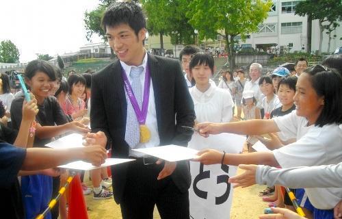 金メダルを獲得後、母校の中学校を訪れた村田選手=2012年8月、奈良市の市立伏見中学校